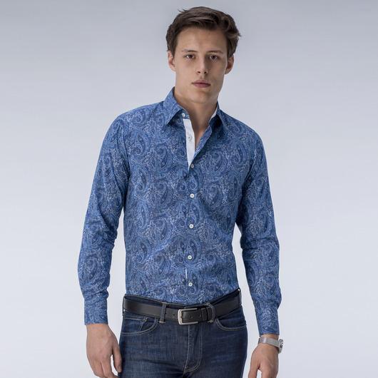 Blå dresskjorte med mønster.