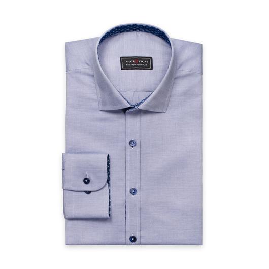 Granatowa koszula o splocie drobnowzorzystym.