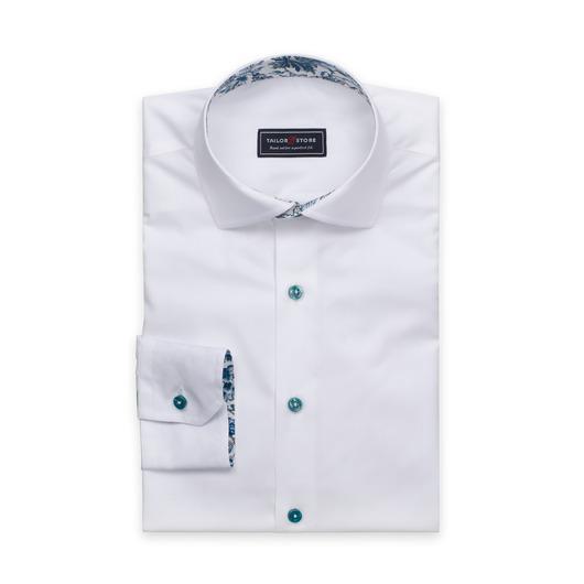 Hvit dresskjorte med grønne knapper og kontraster