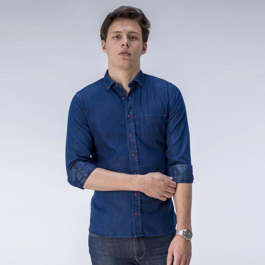 Denim-Hemd mit einem Paisley-Muster auf der Rückseite